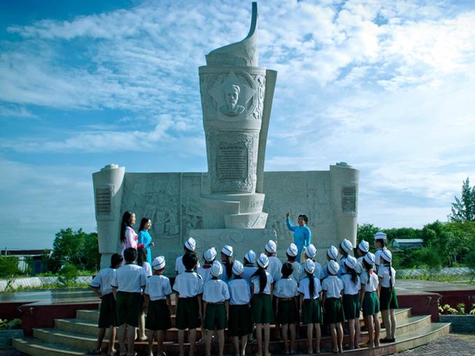Khu di tích Bia Ấn loát đặc biệt Nam Bộ từ lâu đã là điểm giáo dục truyền thống cách mạng (Ảnh camautourism)