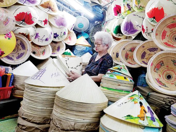Tầng 2 là nơi buôn bán những món đồ thủ công mĩ nghệ làm quà lưu niệm khi du khách đến du lịch Huế