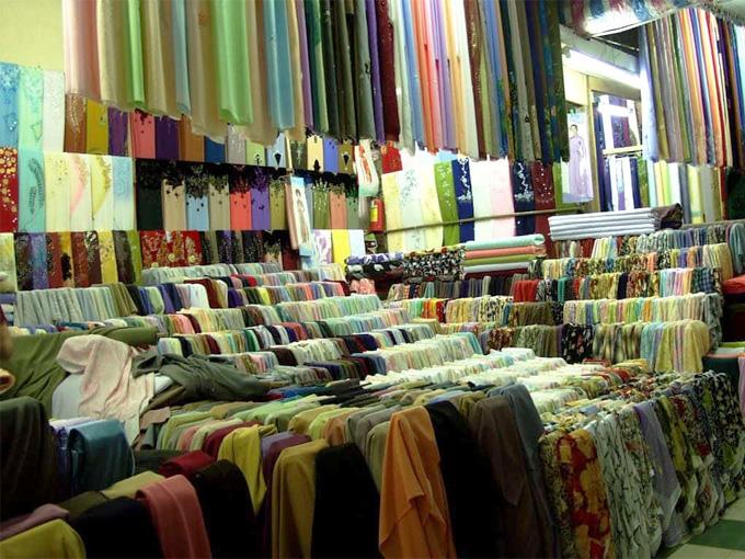Tầng 3 của lầu chuông dành cho những gian hàng vải vóc và quần áo