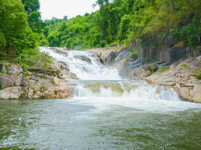 Thác Yang Bay cao 80m, dài 2.000m, là thác chính trong hệ thống 3 thác Yang Bay, Yang Khang, Ho Cho