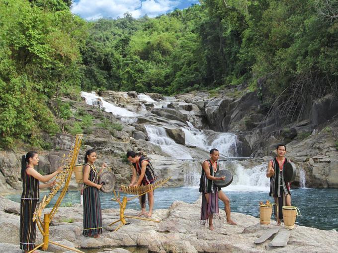 Thác Yang Bay e ấp dịu dàng giữa núi rừng nguyên sinh hoang sơ