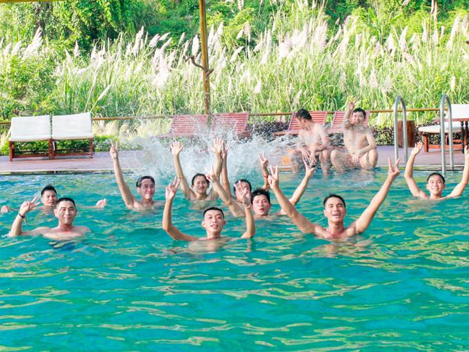 Thỏa thích bơi lội trong hồ bơi khoáng nóng thiên nhiên với rất nhiều chất khoáng tại Yang Bay