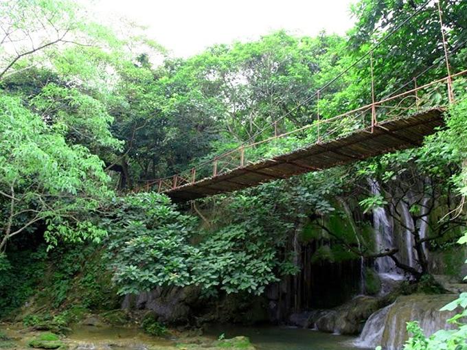 Cây cầu treo nằm chênh vênh giữa núi rừng trong khu du lịch Thác Voi Thanh Hóa