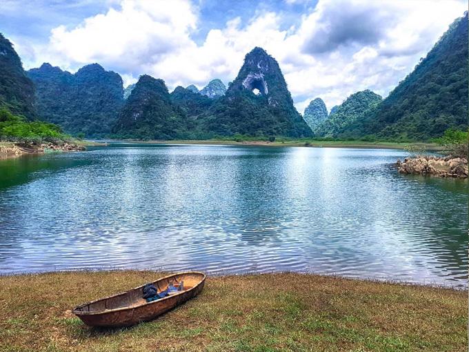 Hồ Nặm Trá đẹp lung linh dưới chân Núi Mắt Thần - Cao Bằng