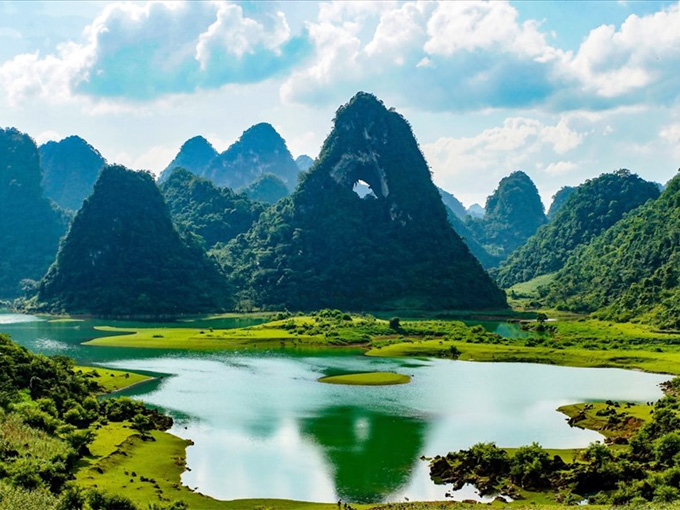 Kỳ quan Núi Mắt Thần (Núi Thủng) ở Trà Lĩnh - Cao Bằng