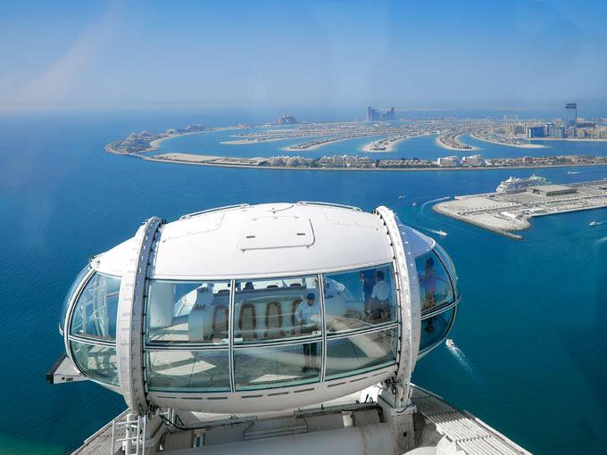 Ngồi trong cabin Vòng đu quay lớn nhất thế giới - Ain Dubai - du khách có thể tham quan toàn cảnh thành phố Dubai từ trên cao
