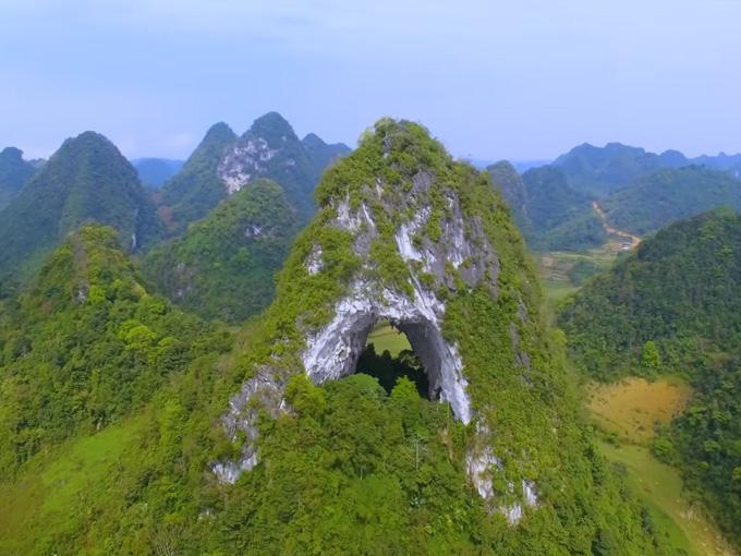 Núi Mắt Thần được gọi là Phja Piót, nghĩa là núi bị thủng một lỗ.