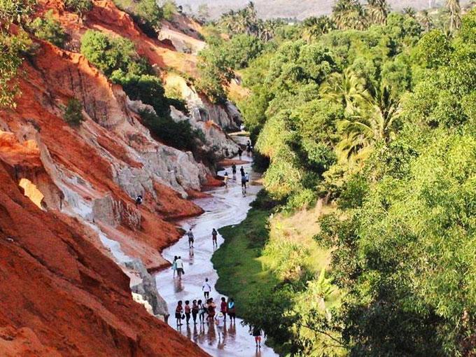 Rất nhiều bạn trẻ chọn Suối Tiên Mũi Né làm điểm trải nghiệm tham quan lội suối