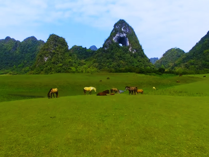 Vẻ đẹp hoang sơ và hùng vĩ của thung lũngNúi Mắt Thần vào mùa khô